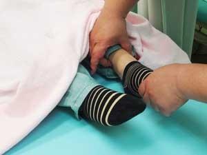 ③お腹で確認した痛みや違和感に基づいて、治療するツボを選び、それぞれに対応したツボを軽く指で押さえる